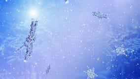 Fliegenschneeflocke auf blauem Schneehintergrund Langsame Bewegung stock video