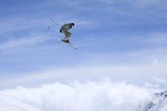 Fliegenskifahrer auf Bergen Stockbild