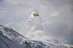 Fliegenskifahrer auf schneebedeckten Bergen Extremer Sport, alpiner Ski stockfotos
