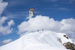 Fliegenskifahrer auf schneebedeckten Bergen Extremer Wintersport, alpiner Ski stockbilder
