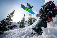 Fliegensnowboarder in den Bergen stockfoto