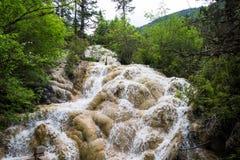 Fliegenwasserfall auf Lotosplattform, andere fällt in Nationalpark Huanglong Stockbild