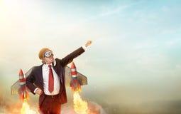 Flieger-Geschäftsmann With Jetpack On seins zurück stockfoto