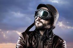 Flieger mit Gläsern und Weinlesehut mit stolzem Ausdruck stockfotografie