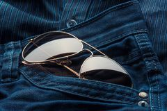 Fliegersonnenbrille in den Jeans steckt ein stockfotografie