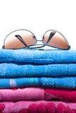Fliegersonnenbrillen auf einem Stapel Badetüchern Lizenzfreies Stockfoto