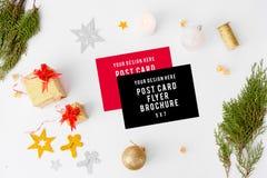 Fliegervisitenkarte-Weihnachtszusammensetzung Tannenzweige und Weihnachtsdekorationen auf weißem Hintergrund Draufsicht der flach lizenzfreies stockbild