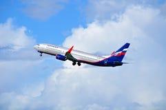 Fliegt folgendes GEN-Flugzeug Aeroflot-Fluglinien-Boeing-737 oben nach Abfahrt von internationalem Flughafen Pulkovo Lizenzfreie Stockbilder