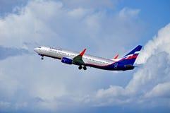 Fliegt folgendes GEN-Flugzeug Aeroflot-Fluglinien-Boeing-737 oben nach Abfahrt von internationalem Flughafen Pulkovo Stockbilder