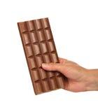 Fliese der Milchschokolade in der weiblichen Hand Lizenzfreies Stockfoto