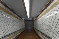 Fliese in einer U-Bahnstation mit Treppe lizenzfreies stockbild