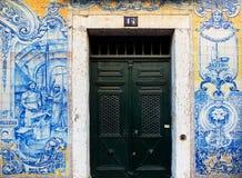 Fliesen in altem Alfama Lissabon, Portugal stockbild