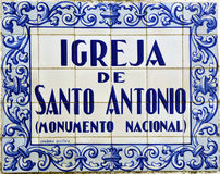 Fliesen mit der Aufschrift von Igreja De Santo Antonio (Kirche von St Anthony) stockfoto