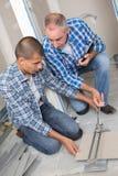 Fliesenausschnittarbeitskraft, die mit Bodenflieseausschnitt arbeitet stockbilder