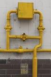 Fliesenwand mit Ventilen eines Gasrohres Stockfotos