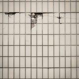 Fliesenwand, wo einiges gebrochenes mit Ziegeln deckt Lizenzfreies Stockfoto