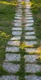 Fliesenweg auf einem grünen Rasen Istanbul-Park stockfotos