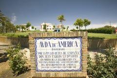 Fliesenzeichen entlang dem Avenida De Amerika liest, Allee von Amerika eröffnete durch HH Millimeter die Herrscher von Spanien Do Stockfotografie