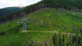 Fligh sobre o cabo aéreo nas montanhas vídeos de arquivo