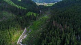 Fligh sopra la teleferica in montagne stock footage