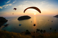 Flight of a paraplane in the twilight Royalty Free Stock Photos