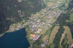 Flightseeing游览克恩顿州费尔德/看湖Brennsee概略的视图 免版税图库摄影