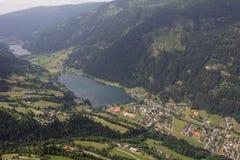Flightseeing游览克恩顿州费尔德/看湖Brennsee湖Afritz概略的视图 免版税库存照片