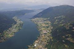 Flightseeing游览Carinthia湖Ossiach概略的视图 库存照片