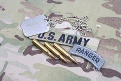 Flik för kommandosoldat för USA-ARMÉ, flaggalapp, med hundetiketten och 5 56 mmrundor på likformign Fotografering för Bildbyråer