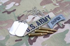 Flik för prickskytt för USA-ARMÉ, flaggalapp, med hundetiketten och 5 56 mmrundor och 5 56 mmrundor på camoufla Fotografering för Bildbyråer