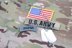 Flik för prickskytt för USA-ARMÉ, flaggalapp, med hundetiketten på kamouflagelikformign Royaltyfri Foto