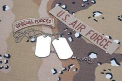 Flik för specialförband för USA-ARMÉ med tomma hundetiketter på kamouflagelikformign Royaltyfria Foton