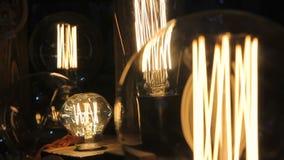 Flimrande glödtråd inom dekorativa Edison ljusa kulor, design, kreativitet arkivfilmer