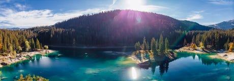 Flims sjön på Schweiz surrar flyg- alpina berg som är soliga, sommarlandskapet, blått vatten royaltyfri foto