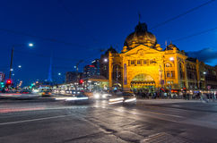 Flinders-Straßenbahnbahnhof in Melbourne, Australien an der Dämmerung Stockbild