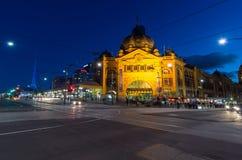 Flinders-Straßenbahnbahnhof in Melbourne, Australien an der Dämmerung Stockfoto