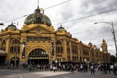 Flindersgatajärnvägsstationen är en järnvägsstation på hörnet av flindersen och Swanston gator i Melbourne, Victoria, Austra arkivbilder