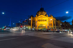 Flindersgatajärnvägsstation i Melbourne, Australien på skymning Arkivfoto