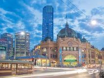 Flindersgatastation i Melbourne på natten Arkivbild