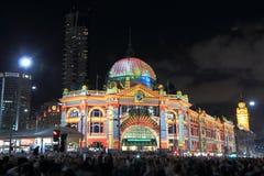 Flindersstationen tänder upp Melbourne Royaltyfri Fotografi