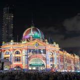 Flindersstationen tänder upp Melbourne Royaltyfri Foto