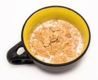 Flingor för frukost med mjölkar i locket Arkivbilder