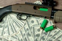 Flinta i ładownicy na dolarach Pojęcie dla przestępstwa, globalny handel bronią, broni sprzedaż Bezprawny polowanie, kłusowanie zdjęcie royalty free
