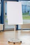 Flip Chart On Hardwood Floor en blanco Fotografía de archivo
