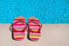 Flip-flop alla piscina immagini stock libere da diritti