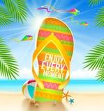 Flip-flop con el saludo del verano en la playa tropical Fotos de archivo libres de regalías