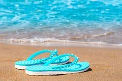 Flip-flop del turchese abbandonati sulla spiaggia sabbiosa Fotografia Stock Libera da Diritti