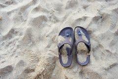 Flip-flop di Brown sulla spiaggia sabbiosa in Cha, Tailandia fotografie stock libere da diritti