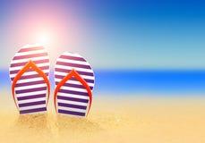 Flip-flop di estate sulla spiaggia Fotografia Stock Libera da Diritti