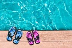 Flip-flop e cacca maschii e femminili di nuoto Fotografia Stock